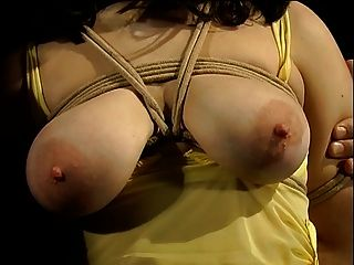 Hotties tetas grandes no vestido amarelo amarrado e tem seus peitos cobertos com pinos de roupa