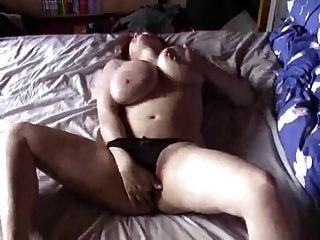Bbw com grandes mamas e masturbates