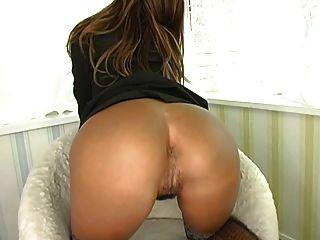 Menina asiática espalha seu bichano peludo