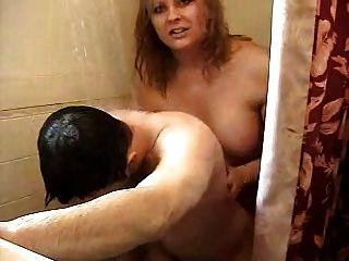 Cara fodendo quente do shemale no chuveiro