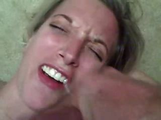 Mulher quente recebe uma enorme carga de esperma na boca dela!