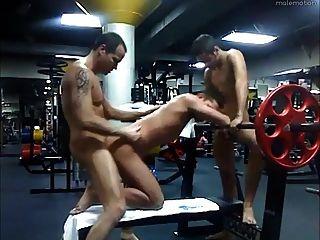 Papai e 2 twinks fodem na academia depois das horas