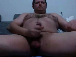 Homem husky masturbates
