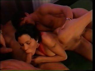 Sexo em grupo quente com dp para hottie de cabelo curto