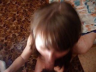 Russa menina masha leva grande carga em sua boca.Edição de corte.