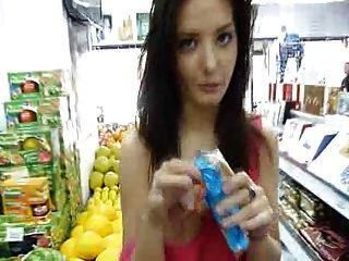 Anna exhib em uma loja muito agradável boobs e buceta