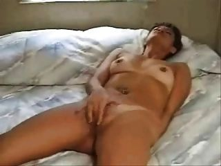 Mulher esfregando ao orgasmo na cama (por edquiss)
