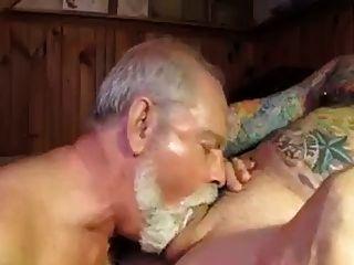 Polarbear daddy sucks \u0026 licks bolas e come cum