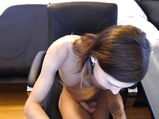 Cute skinny tranny perfeito boobs brincando com o pênis raspado # 2