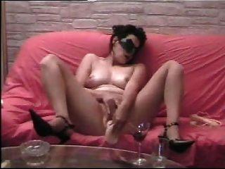 Esposa usa um grande dildo