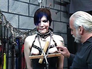 Lindo jovem de olhos vendados morena em espartilho é torturado pelo mestre len
