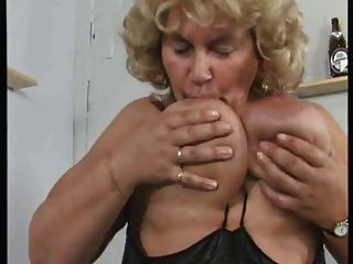 Avó bbw alemão se masturba em voz alta