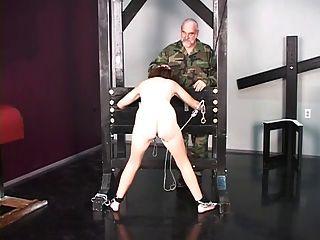 Cute brunette prisioneiro de guerra é despido nu antes de interrogatório de tortura