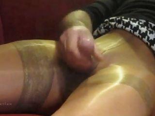 Masturbação excitada em calças justas
