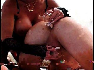Ela dobra-lo e tapa seu traseiro