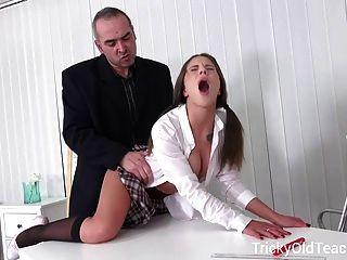 Trapaceiro velho professor sexy meninas são tão sortudos
