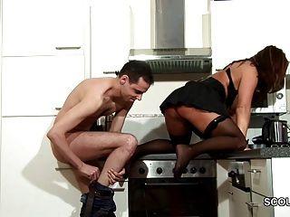 Passo filho seduzir milf mamãe para foder e cum em meias