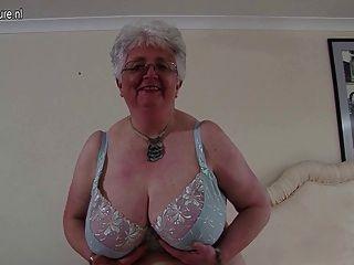 Grande, breasted, britânico, vovó, tocando, consigo,