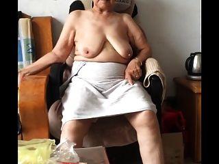 Véspera 80 + granny asiático após o banho