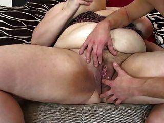 Mamãe grande e madura chupa e foda jovem sortudo
