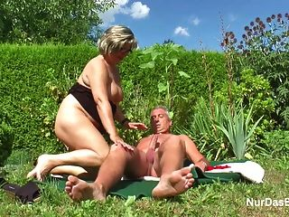 Vovô e avó alemães fodem duro no jardim