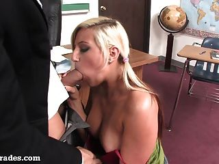 Loira quente fodido por seu professor após a classe!