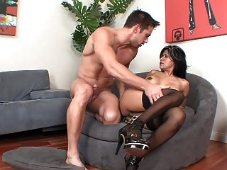 Latina madura milf em meias e saltos fode no sofá