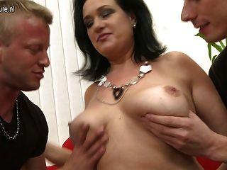 Mamãe sexy chupa e foda não seu filho e filho
