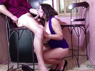 Grande mamãe tit natural seduzir para foder seu bichano peludo