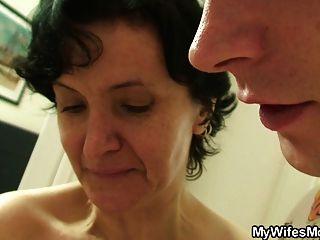 Peludo pussy mãe e menino sexo velho