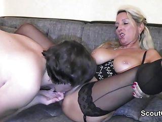 Mãe alemã fode menino com galo grande