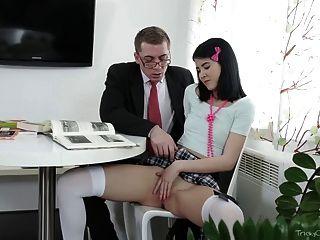 Complicado velho professor jody jogado com seu bichano