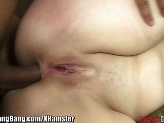 Creampie anal e 3 galos pretos para loira ansiosa