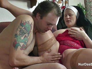 Jovem alemão seduzir freira para fodê-lo