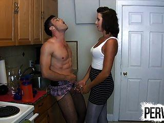 Castidade sissy fodido na cozinha strapon pegging cuckold