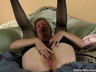 Mãe ama a sensação de nylon em seu bichano formigamento