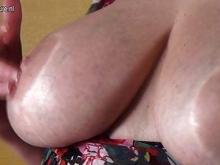 Avó amadora com boobs grandes e buceta com fome
