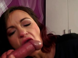Mãe madura real leva jovem galo em vagina peluda