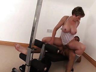Sexy busty madura fode seu personal trainer