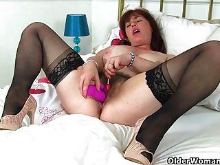 Mamã britânica janey fode seu bichano peludo com um pirulito