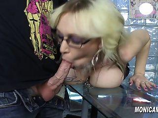 Monicamilf está fodendo horas extras no trabalho