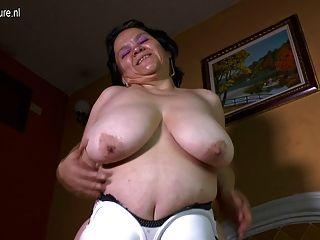Latina, avó, enorme, saggy, peitos, faz, lar, vídeo