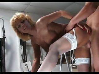 Loura madura milf em meias brancas fode cara mais jovem
