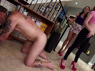 Duas jovens amantes quebrando escravo chicoteando