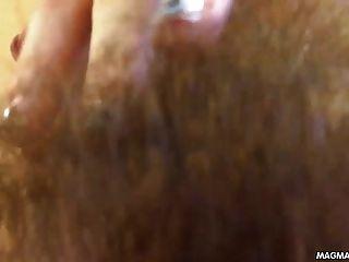 Filme de magma adolescente peludo filmando-se tendo um orgasmo