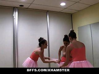 Bffs cute petite bailarina fodida por seus amigos