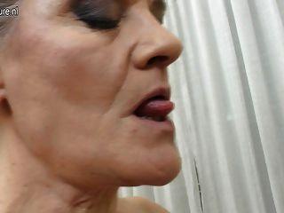 Horny mature slut enjoyin seu brinquedo meninos galo