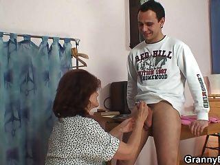 Ele costura 70 anos velha avó