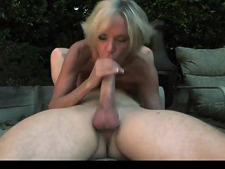 Sexy madura em meias pretas gosta de um cara no jardim