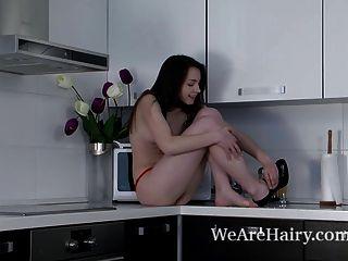 Subiu tiras nuas e coloca no mostrador show de cozinha